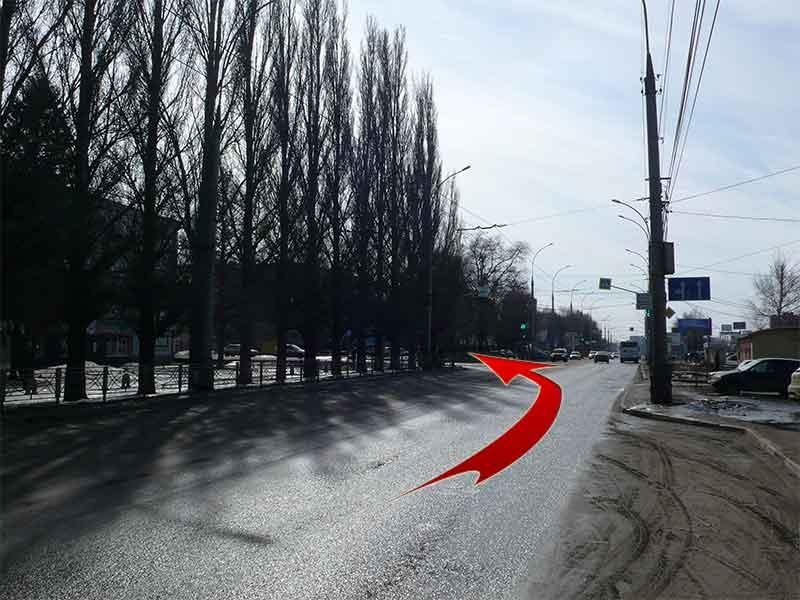Двигаясь по ул. Советской в направлении от Областного ГИБДД надо повернуть налево на бульвар Строителей. Поворот находится напротив Ашана, перенкрёсток оснащён светофором.